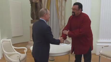 Vladimir Poutine remet un passeport russe à l'acteur américain Steven Seagal (VIDEO)