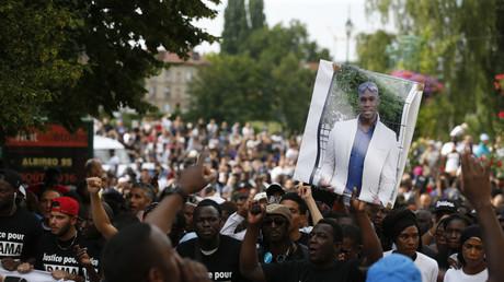 Des manifestants réclamant «justice pour Adama Traoré» à Beaumont-sur-Oise, commune où a eu lieu le drame