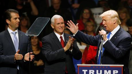 Donald Trump avec son fils Donald Trump Jr. (à gauche) et Mike Pence