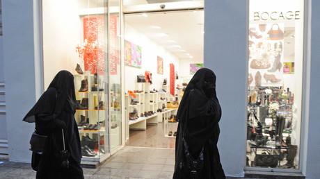 Pays-Bas : les députés adoptent l'interdiction partielle du voile intégral