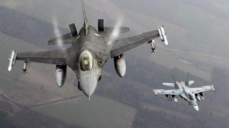 Chasseur portugais  F-16 et chasseur canadien CF-18 Hornet