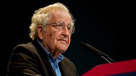 Le penseur engagé Noam Chomsky donne une conférence à Paris