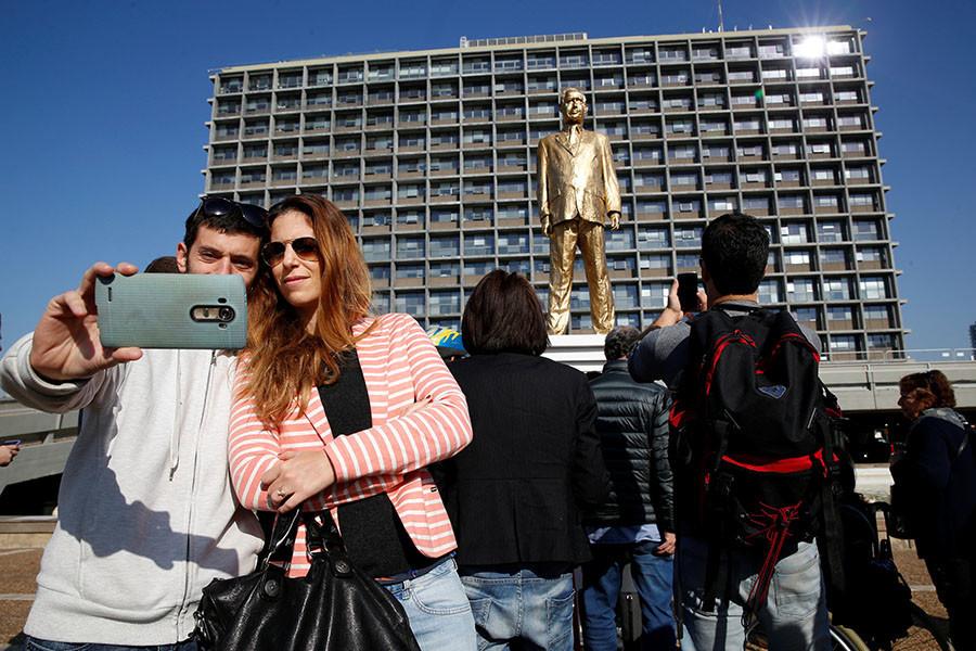 Tel Aviv : les autorités font retirer une statue dorée satirique de Benjamin Netanyahou
