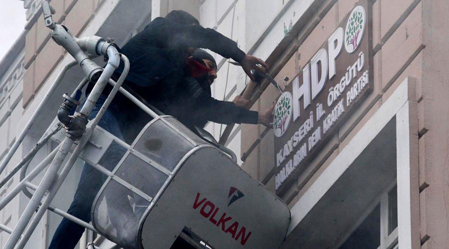 Turquie : neuf arrestations après le saccage des bureaux du parti prokurde (IMAGES)