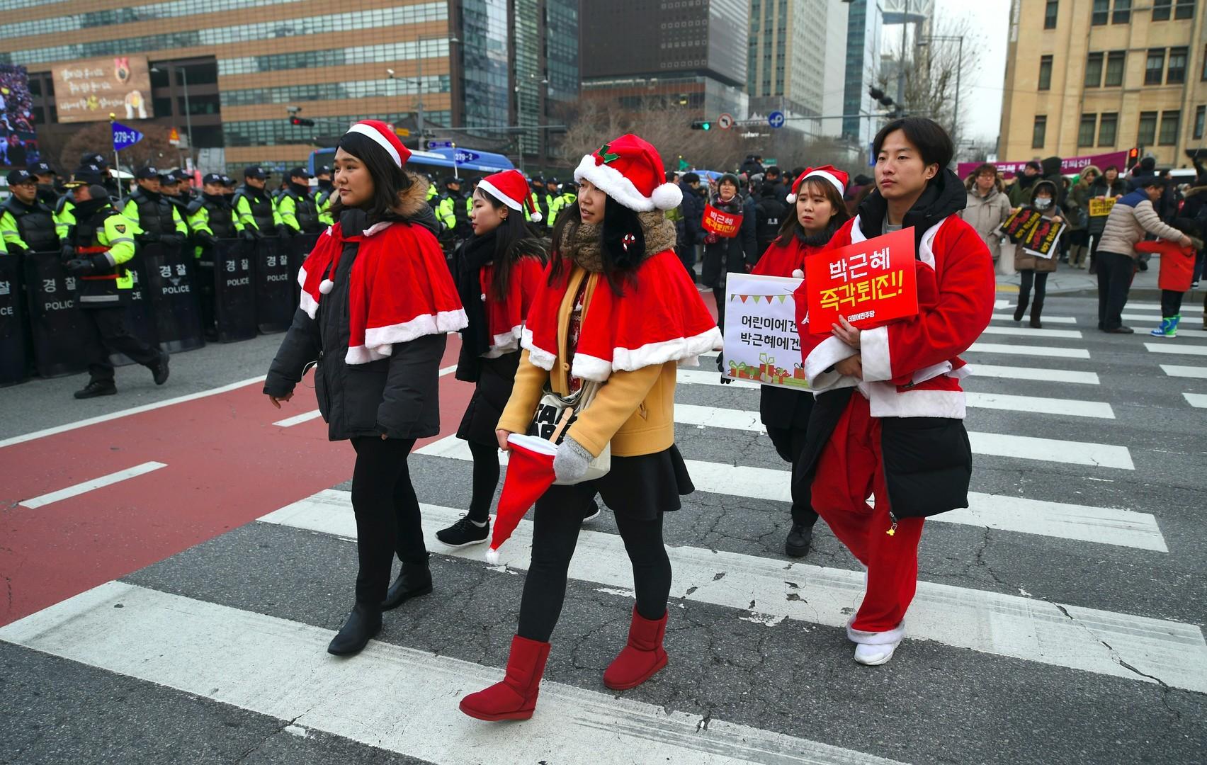 Corée du Sud : des «Pères Noël» manifestent contre la présidente Park Geun-hye (PHOTOS)