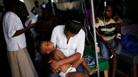 Des gens infectés pas le choléra en Haïti