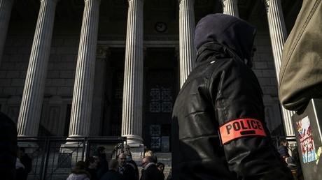Alors que les manifestations de policiers en colère se poursuivent à Paris et en France, près d'un millier d'officiers de la police judiciaire ont symboliquement demandé le retrait de leur habilitation