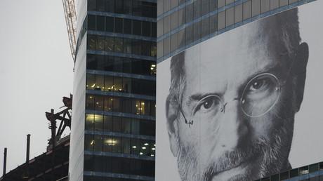 Un portrait de Steve Jobs accroché à un bâtiment à Moscou en 2011