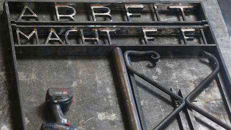 Le portail du camp de Dachau «Arbeit macht frei» volé en 2014, retrouvé en Norvège