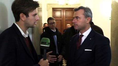 Norbert Hofer, candidat à l'élection présidentielle en Autriche et chef du Parti de la liberté (FPÖ) avec le correspondant de RT