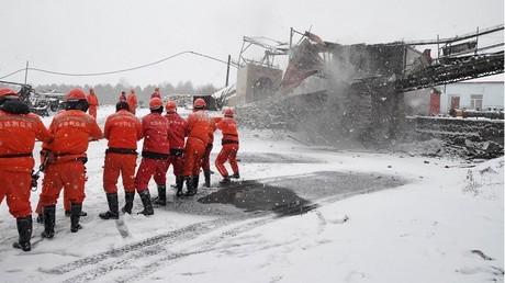 Des sauveteurs s'animent près d'une mine de charbon sinistrée en Chine