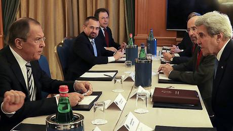 Le ministre russe des Affaires étrangères et le secrétaire d'Etat lors de la rencontre à Rome, le 3 décembre