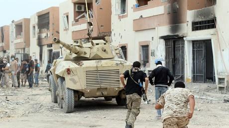 Un tank des forces gouvernementales libyennes à Syrte lors des combats contre les terroristes de Daesh