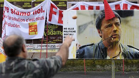 Un manifestant jette des œufs sur un portrait de Matteo Renzi, le 8 octobre 2014, photo ©REUTERS/Stefano Rellandini