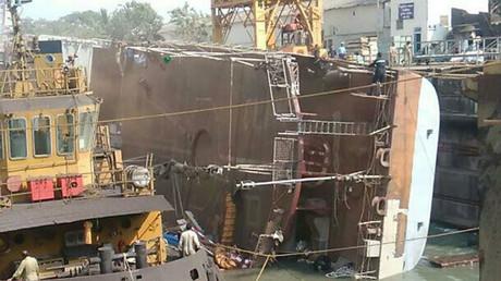 Accident spectaculaire : un navire de guerre indien se retourne et tue deux personnes (IMAGES)