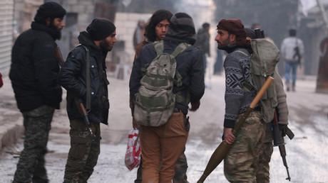 Des combattants rebelles dans un quartier d'Alep encore sous leur contrôle le 8 décembre