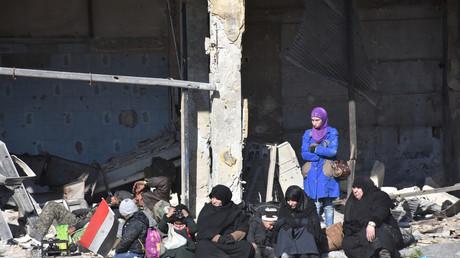 Des civils évacuent le quartier est d'Alep, jeudi 8 décembre