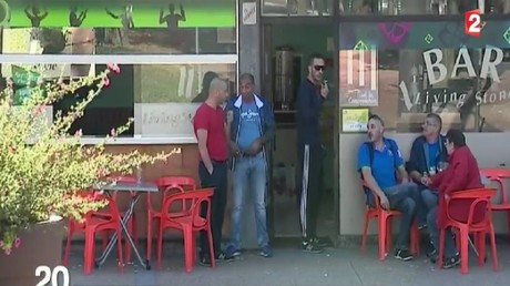 Des femmes indésirables dans un café : la classe politique choquée par un reportage de France 2