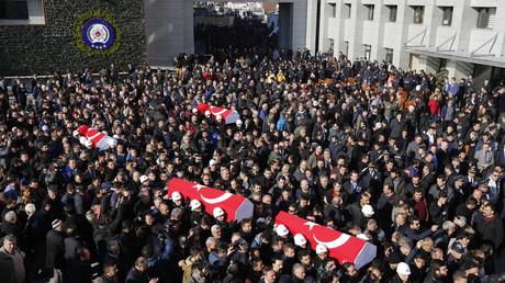La Turquie appelle à la vengeance lors des funérailles des morts de la double explosion d'Istanbul