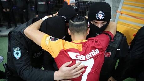 Un joueur du Galatasaray rend un hommage émouvant aux victimes de l'attentat d'Istanbul (VIDEO)