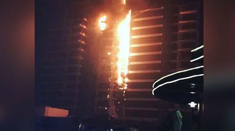 Un incendie spectaculaire ravage un building sur une île artificielle de Dubaï (VIDEOS, PHOTOS)