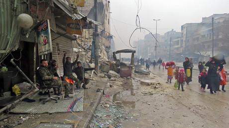 Des soldats de l'armée régulière syrienne saluent des civils qui fuient les combats du quartier de Boustane al-Qasr pour se réfugier dans celui de Ferdous, repris aux «rebelles», photo ©Stringer/AFP
