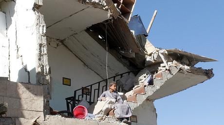 Un enfant assis dans les décombres d'une maison détruite à Sanaa par des frappes aériennes de la coalition militaire dirigée par l'Arabie saoudite