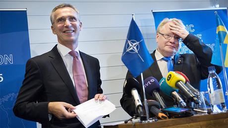 Jens Stoltenberg, secrétaire général de l'OTAN et Peter Hultqvist, ministre de la Défense suédois, en novembre 2015, photo ©Reuters/TT News Agency