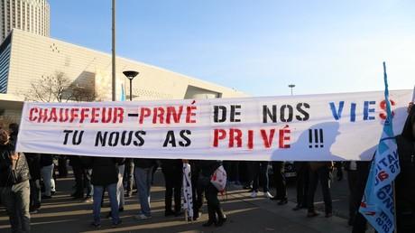 Les chauffeurs VTC mobilisés à la Porte Maillot (Paris) contre Uber et ses rémunérations jugées trop basses