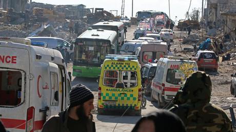 Des ambulances et des bus d'évacuation à Alep
