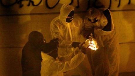 Des supporters de Bastia préparent des cocktails molotov