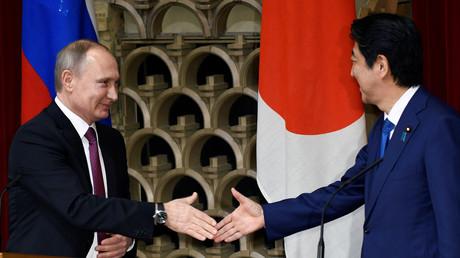 «Visite historique» de Poutine au Japon : accord sur les îles Kouriles et… un petit verre de saké