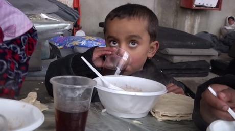 L'aide humanitaire russe distribuée aux habitants d'Alep-Est