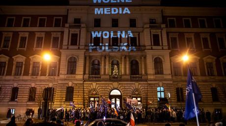 Des manifestants devant le parlement polonais