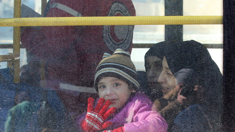 Une famille syrienne dans un des bus du convoi d'évacuation d'Alep-Est.