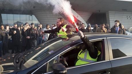 Des chauffeurs de VTC participant à une manifestation à Paris contre les conditions salariales proposées par l'entreprise Uber