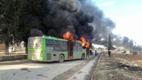 Un bus incendié, qui devait servir à l'évacuation d'une localité contrôlée par le gouvernement et assiégée par les rebelles
