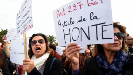 Manifestation contre la décision de la justice tunisienne autorisant le mariage d'une mineure de 13 ans avec le violeur qui l'avait mise enceinte.