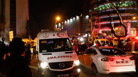 Une ambulance à Ankara, près du lieu de meurtre de l'ambassadeur de Russie en Turquie Andreï Karlov.