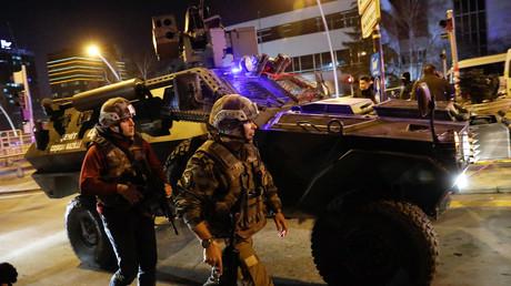 La police près du bâtiment où a été assassiné l'ambassadeur russe, Turquie, le 19 décembre 2016.