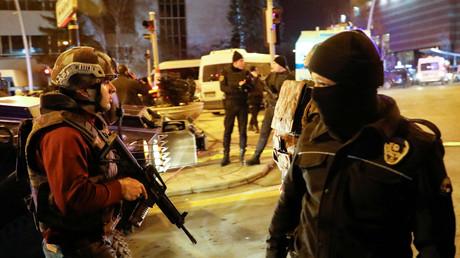 Alors que la capitale turque a été le théâtre de l'assassinat de l'ambassadeur russe en Turquie quelques minutes plus tôt, des coups de feu auraient été tirés près de l'ambassade américaine.