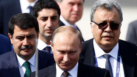 Andreï Karlov (droite) aux côtés de Vladimir Poutine, à Istanbul, le 10 octobre 2016, ©Osman Orsal/Reuters