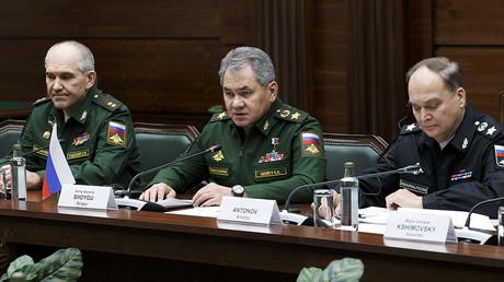 Le ministre russe de la Défense Sergueï Choïgou au centre, rencontre son homologue iranien Hossein Dehghan à Moscou