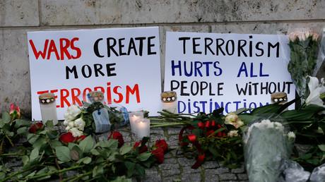 Des fleurs sur les lieux de l'attentat à Berlin, le 20 décembre 2016.