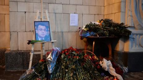 Des fleurs et le portrait d'Andreï Karlov devant le ministère des Affaires étrangères