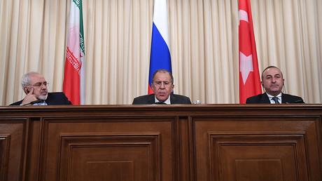 Les ministres des Affaires étrangères de Russie, Sergueï Lavrov, de Turquie, Mevlut Cavusoglu, et d'Iran, Mohammad Javad Zarif à une conférence de presse sur la Syrie à Moscou