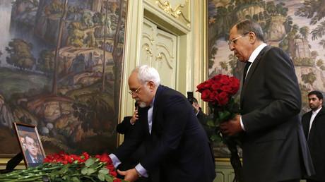 Le ministre des Affaires étrangères de la Russie Sergueï Lavrov et son homologue iranien Mohammad Zarif déposent des fleurs à la mémoire de l'ambassadeur russe tué en Turquie
