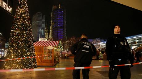 Des policiers sécurisent la zone de l'attentat