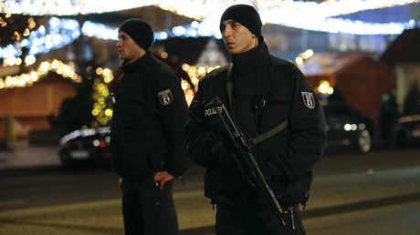 Les policiers allemands sécurisent le lieu d'accident au marché de Noël à Berlin