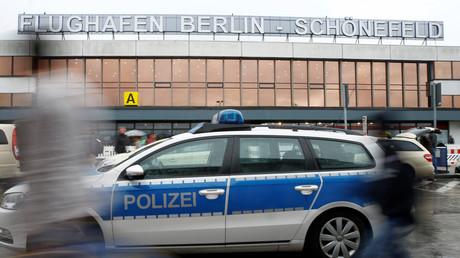 Une voiture de police devant l'aéroport berlinois de Schönefeld.